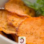 Chips de Batata Doce num Pote Branco Sobre a Mesa